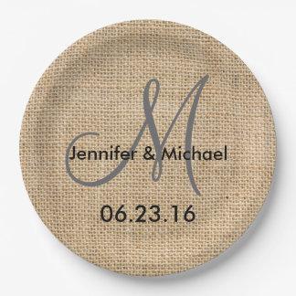 素朴なバーラップの結婚式のモノグラムは日付を示します ペーパープレート
