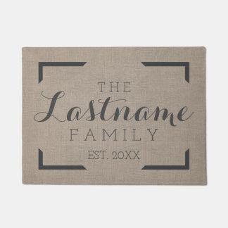 素朴なバーラップ-カスタムな家族または結婚式の印 ドアマット