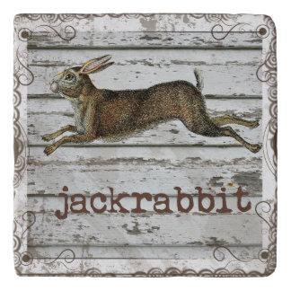 素朴なヴィンテージのジャックウサギのノウサギの引く白い木 トリベット