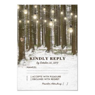 素朴な冬の森林木はRSVPを結婚することをつけます カード