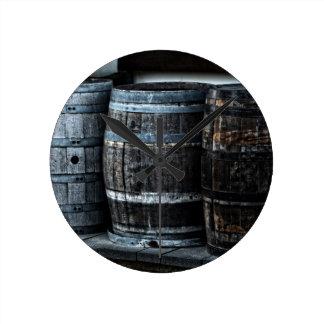 素朴な国のウィスキーのバレル ラウンド壁時計