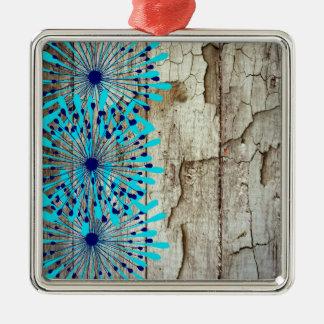 素朴な国の古い納屋の木製のティール(緑がかった色)の青の花 メタルオーナメント
