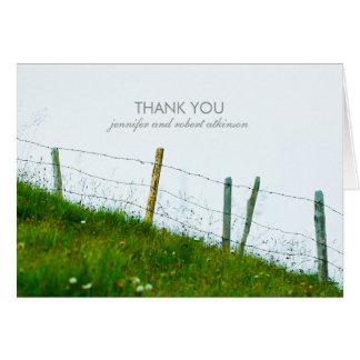 素朴な国の田園農場の塀の結婚式は感謝していしています カード