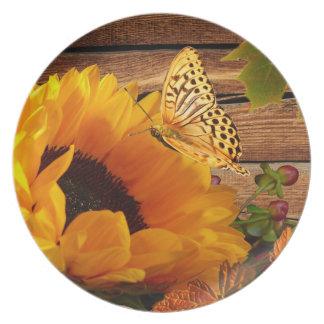 素朴な国の秋のヒマワリの蝶群葉 プレート
