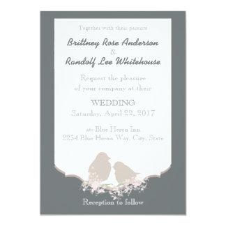 素朴な国の結婚式の抱きしめる鳥の招待 カード