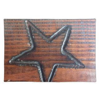 素朴な星は木製のテーブルのPyrographyに燃えました ランチョンマット