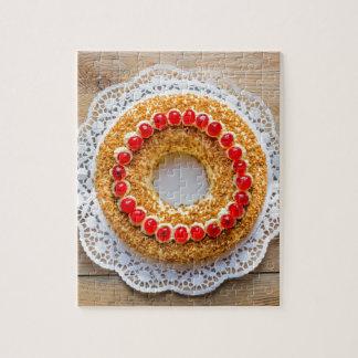 素朴な木のさくらんぼが付いているブランクフルトの王冠のケーキ ジグソーパズル