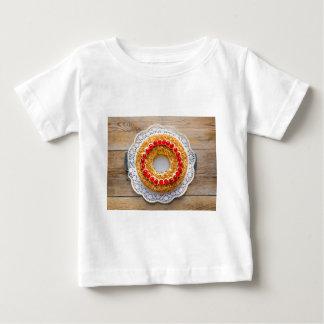 素朴な木のさくらんぼが付いているブランクフルトの王冠のケーキ ベビーTシャツ