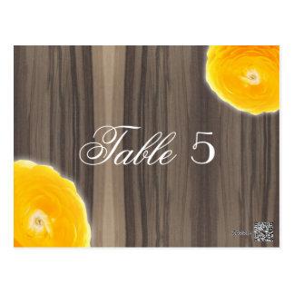 素朴な木及び黄色いRanunculusのテーブル数 ポストカード