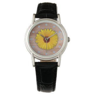 素朴な木板のヒマワリのマリーゴールド 腕時計
