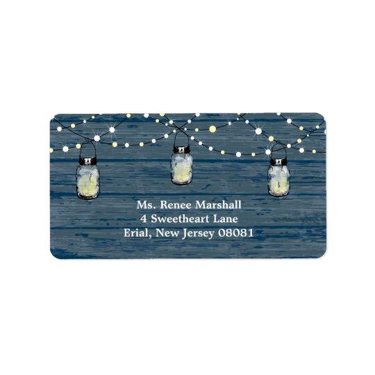 素朴な木製のぶら下がったなメーソンジャーおよびライト結婚 宛名ラベル