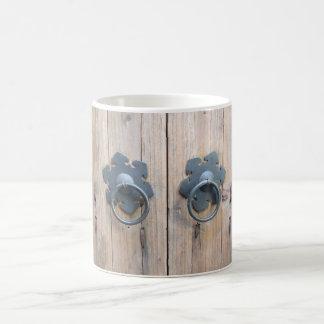 素朴な木製のドアおよびハンドル コーヒーマグカップ