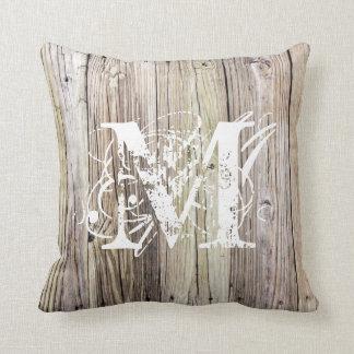 素朴な木製のモノグラムのな枕 クッション