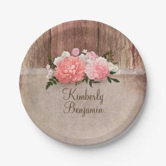 素朴な木製の古いバーラップのピンクによっては納屋の結婚式が開花します ペーパープレート