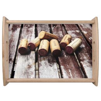 素朴な木製の質のワイン・ボトルのコルク トレー