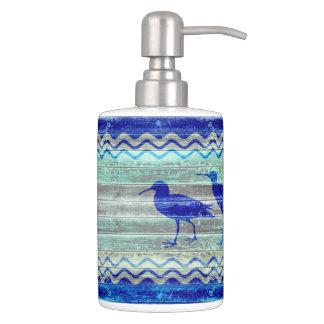 素朴な濃紺の沿岸装飾のシギ バスセット