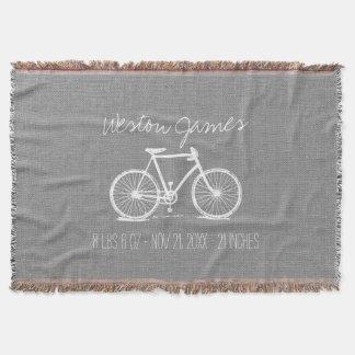 素朴な灰色のヴィンテージの自転車の生まれたばかりのなモノグラム スローブランケット