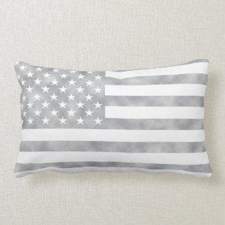素朴な灰色の米国旗 ランバークッション
