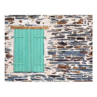 素朴な石の壁の郵便はがきの窓シャッター ポストカード
