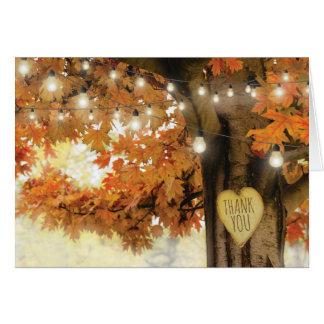 素朴な秋の秋の木のきらめきライトは感謝していしています カード