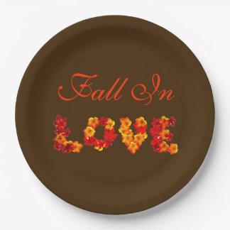 素朴な秋の結婚式のカラフルな葉は恋に落ちます ペーパープレート