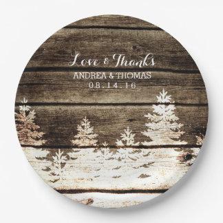 素朴な納屋の木製の松の木の冬の結婚式のプレート ペーパープレート