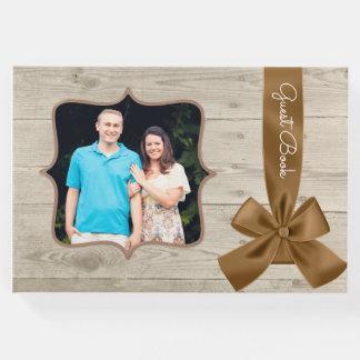 素朴な納屋の木製の結婚式の来客名簿 ゲストブック
