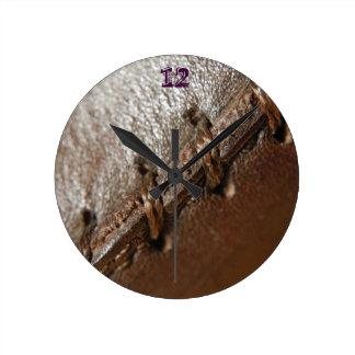 素朴な西欧諸国のパターンによって用具を使われる革 ラウンド壁時計