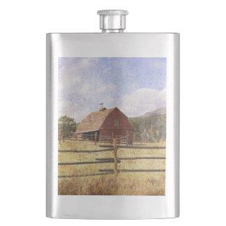 素朴な西欧諸国の農場の初期ので赤い納屋 フラスク