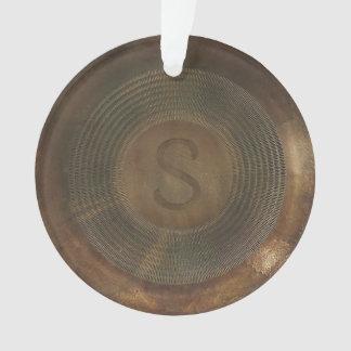素朴な金属Sのモノグラムの円形のオーナメント オーナメント