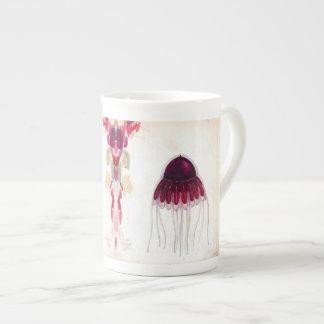 紫系統のくらげの骨灰磁器のマグ ボーンチャイナカップ