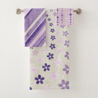 紫色およびクリーム色の花柄およびストライプの バスタオルセット