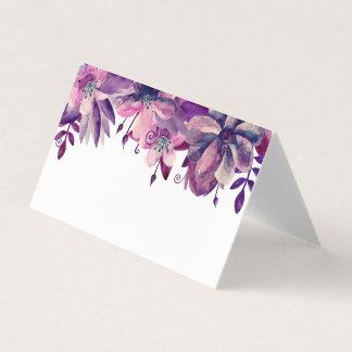 紫色およびピンクの座席カード。 結婚式の花 プレイスカード