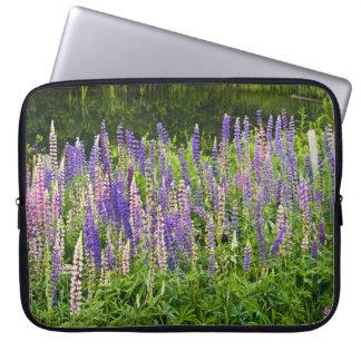 紫色およびピンクのLupineの写真 ラップトップスリーブ