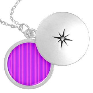 紫色およびピンクのStripeyのヒッピーパターン ロケットネックレス
