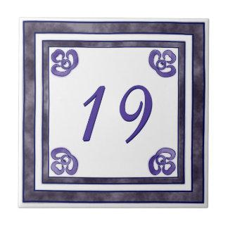 紫色および灰色の大きい屋家番号 タイル