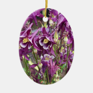 紫色および白いオダマキ(植物)のオーナメント セラミックオーナメント