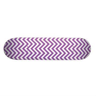 紫色および白いジグザグ形のストライプなシェブロンパターン スケートボード