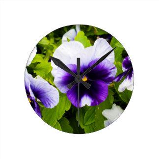 紫色および白いパンジー、_ ラウンド壁時計