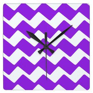 紫色および白い波状のシェブロンは縞で飾ります スクエア壁時計