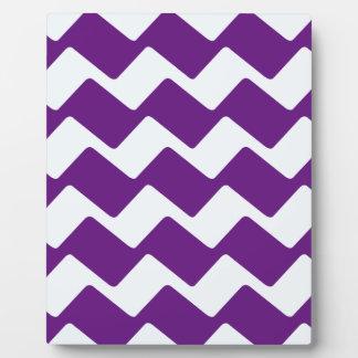 紫色および白い波状のシェブロンは縞で飾ります フォトプラーク