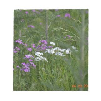 紫色および白い花 ノートパッド