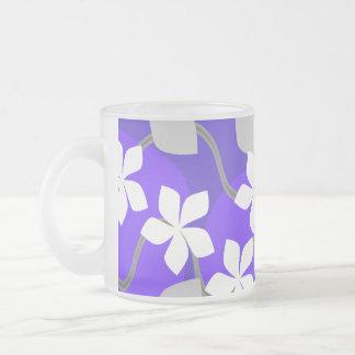 紫色および白い花。 花パターン フロストグラスマグカップ