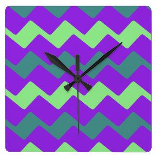 紫色および緑の波状のシェブロン スクエア壁時計