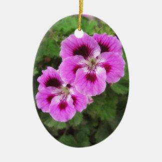 紫色および藤色のゼラニウム2 セラミックオーナメント
