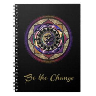 紫色および金ゴールドの曼荼羅ジャーナルが付いている変更があって下さい ノートブック