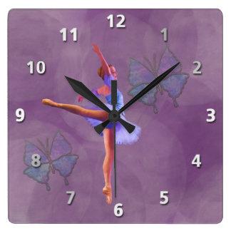 紫色および青のアラベスクの位置のバレリーナ スクエア壁時計