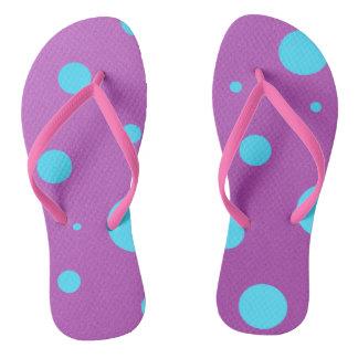 紫色および青の水玉模様のビーチサンダル ビーチサンダル
