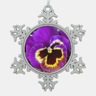 紫色および黄色のパンジーの花 スノーフレークピューターオーナメント