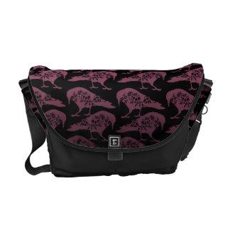 紫色および黒いゴシック様式ワタリガラスのメッセンジャーバッグ メッセンジャーバッグ